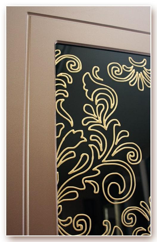 Фрагмент панели «Каприз» со вставкой из черного стекла с заливным витражом (контур золото)